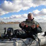Marco Nieuwenhuize mit Flussbarsch