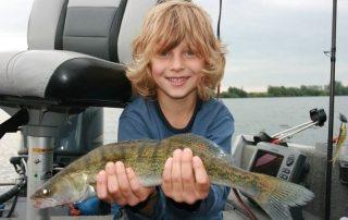 Jungangler auf Raubfisch-Jagd